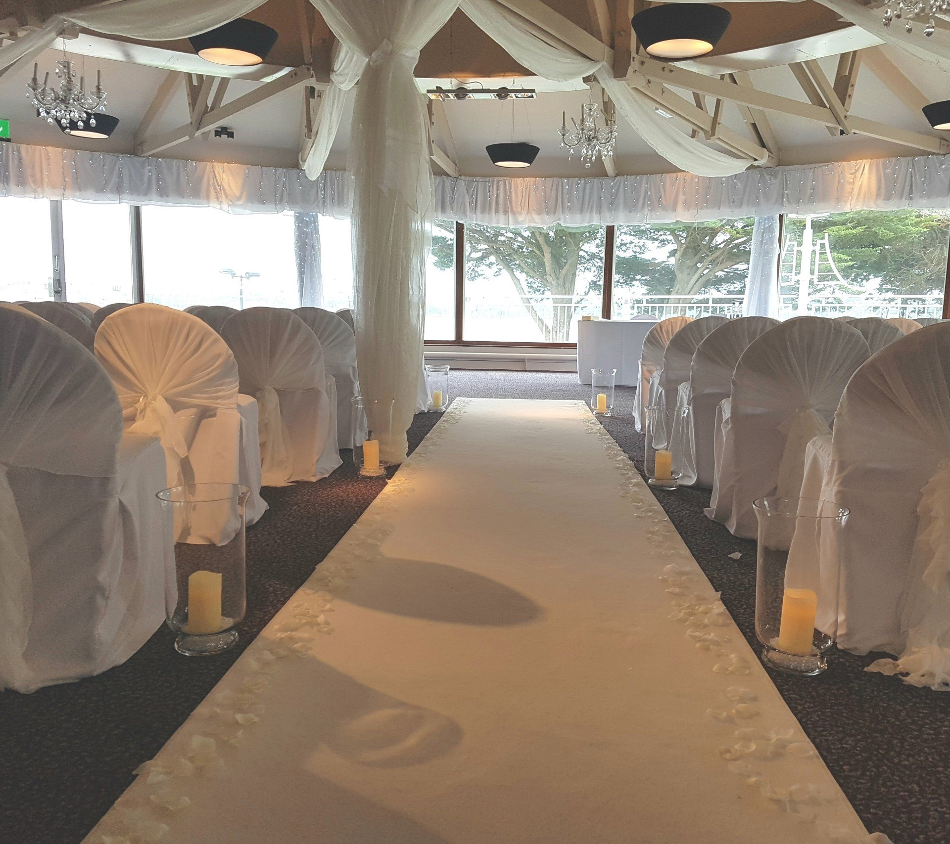 Elegant white aisle. We offer a wide number of accessories and are always coming up with new ideas.